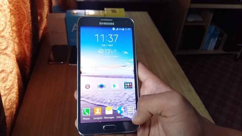 Samsung Galaxy E7 Duos on Hands
